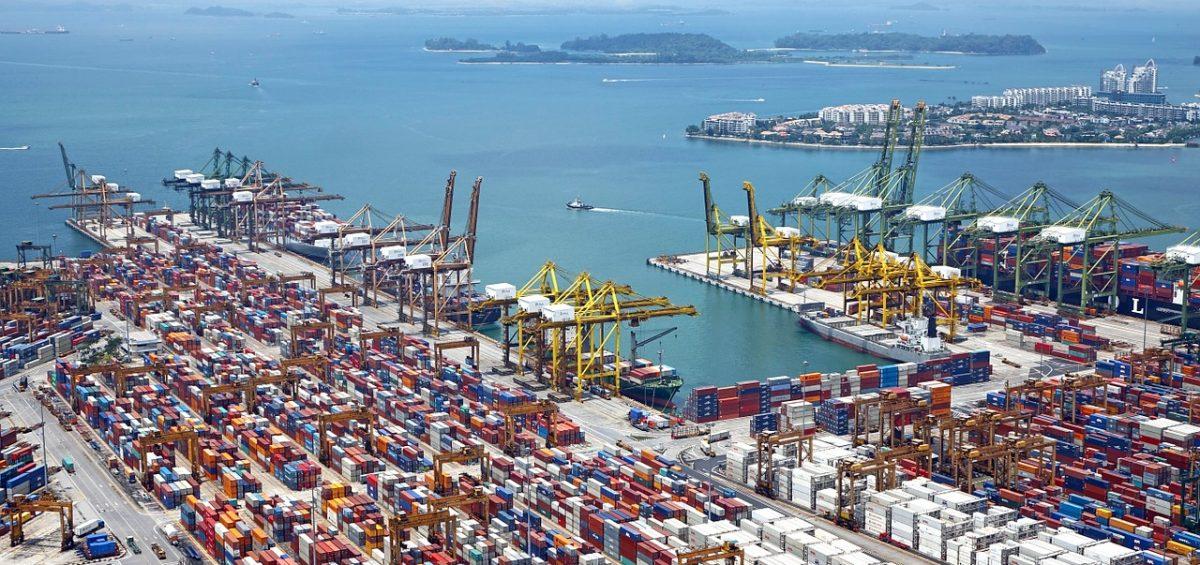 Une représentation du commerce international avec un port où sont stockées nombre de marchandises du monde entier